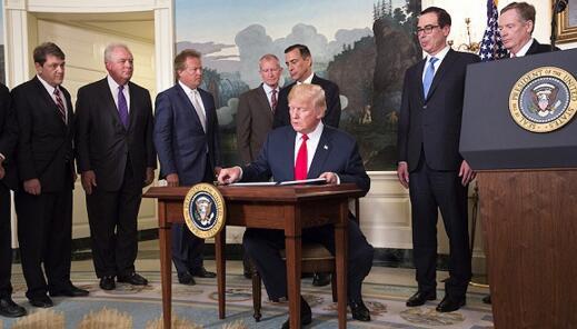 特朗普在白宫签署行政备忘录  发起对华贸易调查