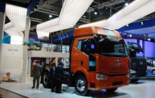 中国一汽集团对俄出口四辆解放牌重型牵引车