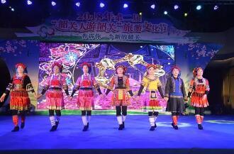 首届中华传统服饰文化艺术节闭幕 千人巡游展示中华传统服饰