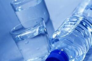 喝瓶装水会咽下塑料颗粒,到底致不致癌?