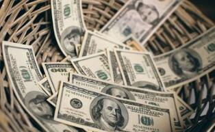 """美国总统特朗普的""""美国优先""""政策意味着美元只能疲软"""