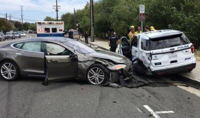 特斯拉Model S在加州拉古纳海滩市撞上了一辆停放的空闲警车