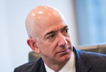 """特朗普再怼亚马逊:美国邮政服务是它的""""送货员"""""""