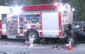特斯拉又撞消防车 司机疑似醉驾的