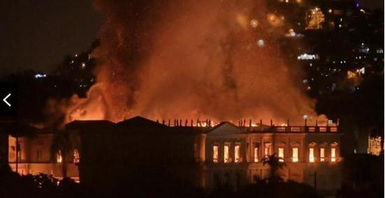 200年历史的巴西国家博物馆陷入火海  2000万藏品受到威胁