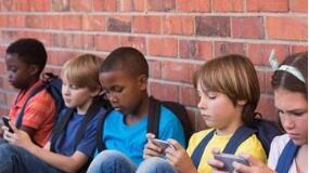 法国禁止所有15岁以下的儿童在学校使用手机