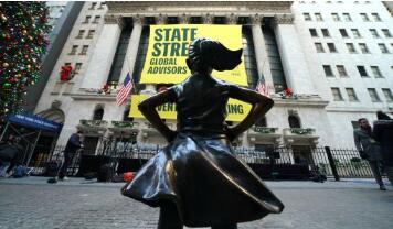 """""""无畏女孩""""塑像被迁至纽约证券交易所的门前"""