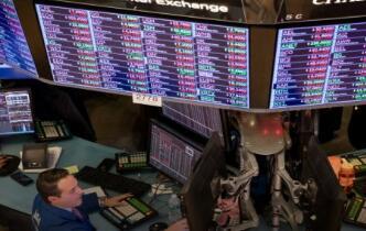 A股三大股指全线低开  击穿2449点  券商、银行板块走强