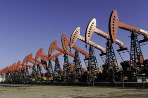 油价下跌24美分,收于52.07美元,原因是美国产量上升和贸易担忧