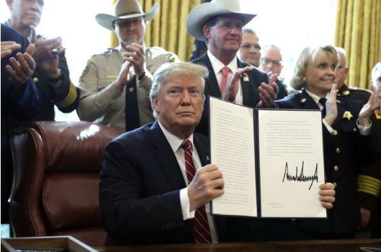 特朗普总统第一次否决了阻止其边境紧急状态的法案