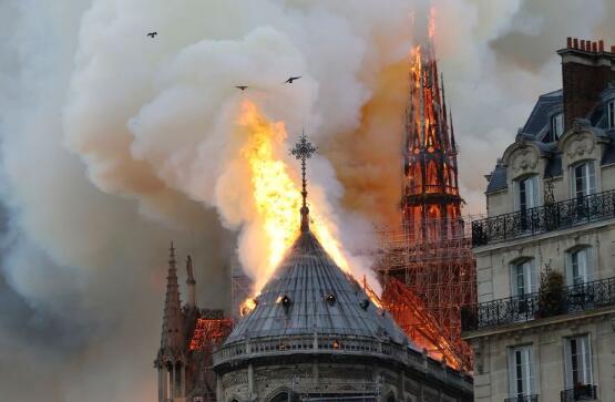 """唐纳德·特朗普鼓励法国使用""""会飞的水车"""",因巴黎圣母院仍被大火吞没"""