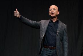 """亚马逊CEO杰夫•贝佐斯(Jeff Bezos)告诉员工,他对汽车行业""""非常兴奋"""""""