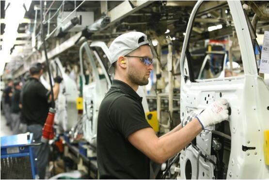 英国汽车产量几乎减半,捷豹路虎等汽车工厂因脱欧被迫关闭