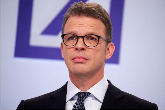 德意志银行(Deutsche Bank)CEO克里斯蒂安•索英(Christian Sewing)斥责高管们在大规模裁员当天穿了1,800美元的西装