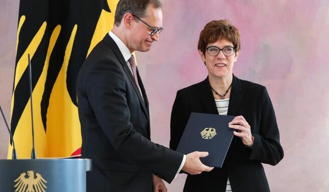 安妮格雷特·克兰普-卡伦鲍尔出任德国国防部长