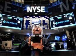 在债券市场发出经济衰退警告之后  道琼斯指数暴跌800点