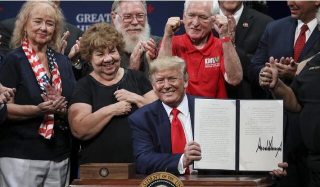 特朗普签署针对老年人的私人医疗保险计划的行政命令