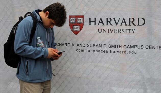 哈佛大学命令学生们离开校园,在线上移动所有课程