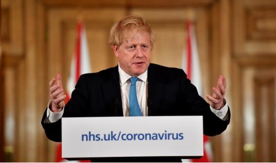 英国首相鲍里斯·约翰逊(Boris Johnson)周五宣布全国范围内的禁闭措施,要求咖啡馆、酒吧和餐馆关门
