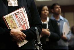 美国劳动统计局:近半数美国人已失业,就业人口比跌至52.8%