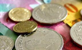 7月22日,人民币中间价报6.9718,上调144点