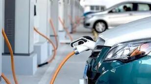 日本纯电动汽车充电桩首次出现减少