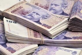 6月17日,人民币对美元中间价下调220点